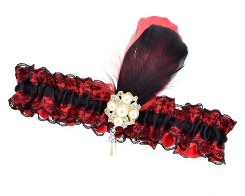 Jarretière rouge et noire à plumes et broche en perles